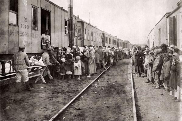 Очередь детей у вагона-кухни у врачебно-питательного поезда, 1921 год