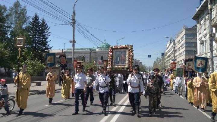 Дети с цветами прошли крестным ходом по центру и удивили прохожих