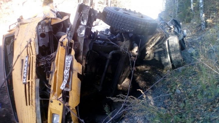 Грузовик подрезали: авария с КамАЗом, опрокинувшимся на Серовском тракте, попала на видео