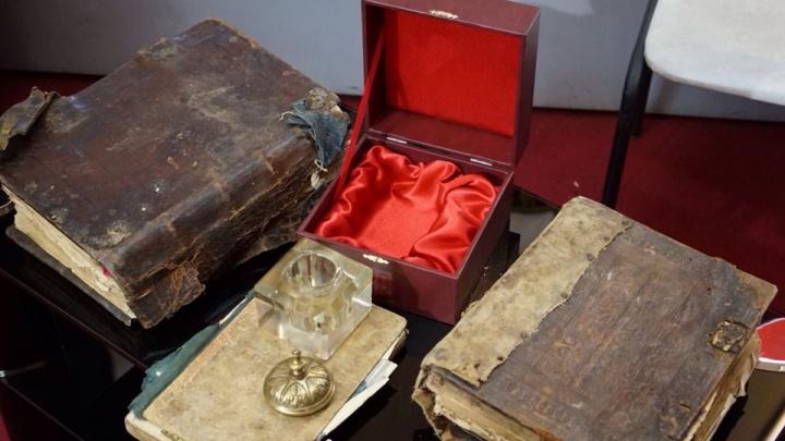 «Читать с осторожностью»: музею Алабина подарили книги с 200-летней историей