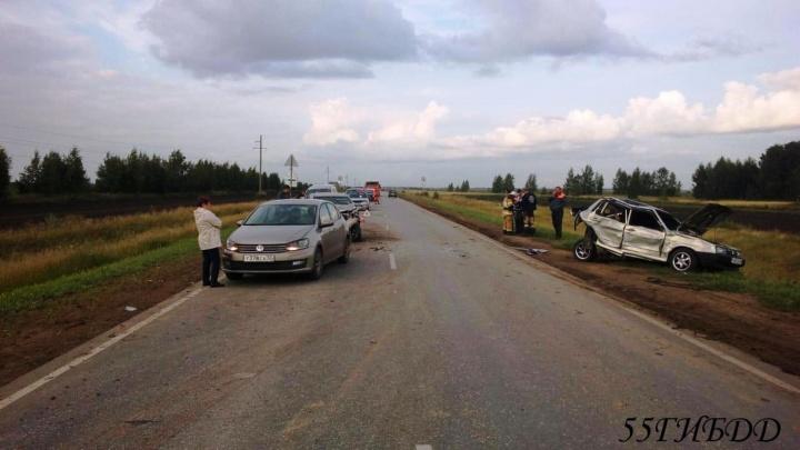 На омской трассе столкнулись три машины и мотоцикл