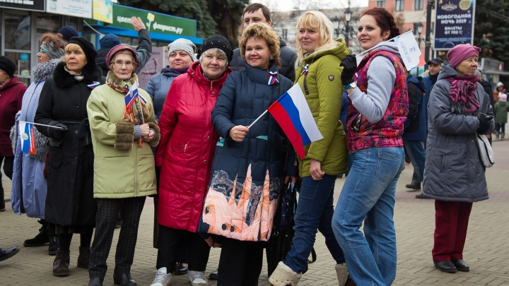 Праздничный митинг: челябинцы отметили День народного единства с флагами и топором