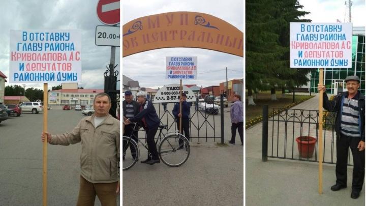 Тюменцы добиваются отставки главы Викуловского района. Они вышли на пикет