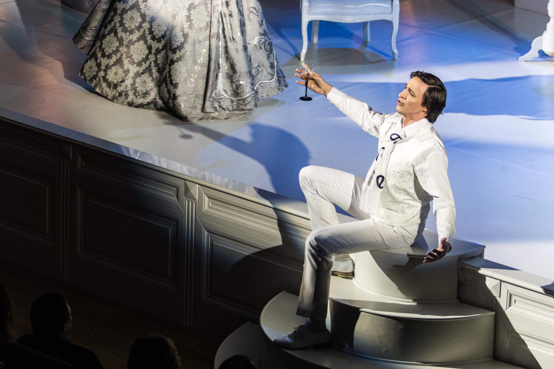 Оперетта как жанр совмещает в себе элементы оперы и драматические диалоги