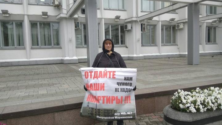 Дольщица «Мариинского» устроила одиночный пикет у здания мэрии