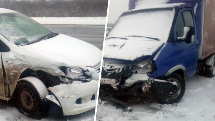 Иномарку отбросило на мужчину: водитель Volkswagen Polo протаранила «десятку» и «Газель» под Самарой