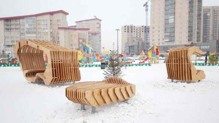 В парке на «Взлетке» установили деревянные лежаки и беседки с подсветкой