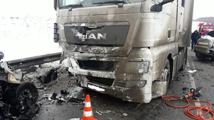 Массовое ДТП в Самарской области: трое погибли, два ребёнка и женщина — в больнице