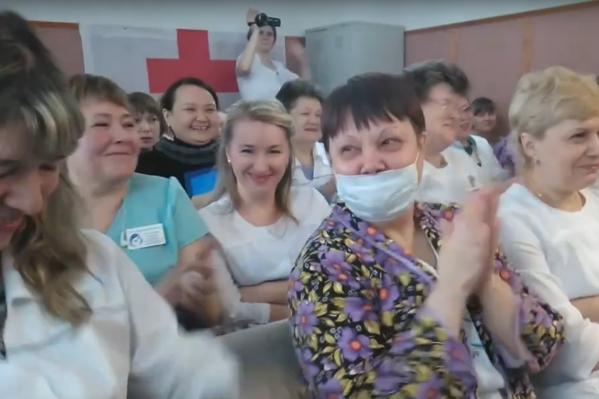 На снимке — реакция персонала центра на озвученную зарплату, которую они якобы получают