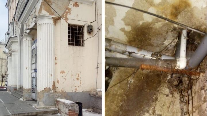 Тяжело быть памятником: на Эльмаше на 20 лет сдвинули капремонт в доме, где находится «Заря»