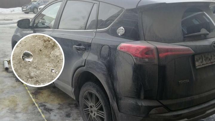 Во дворе пермской высотки просверлили кузов внедорожника и залили внутрь ртуть
