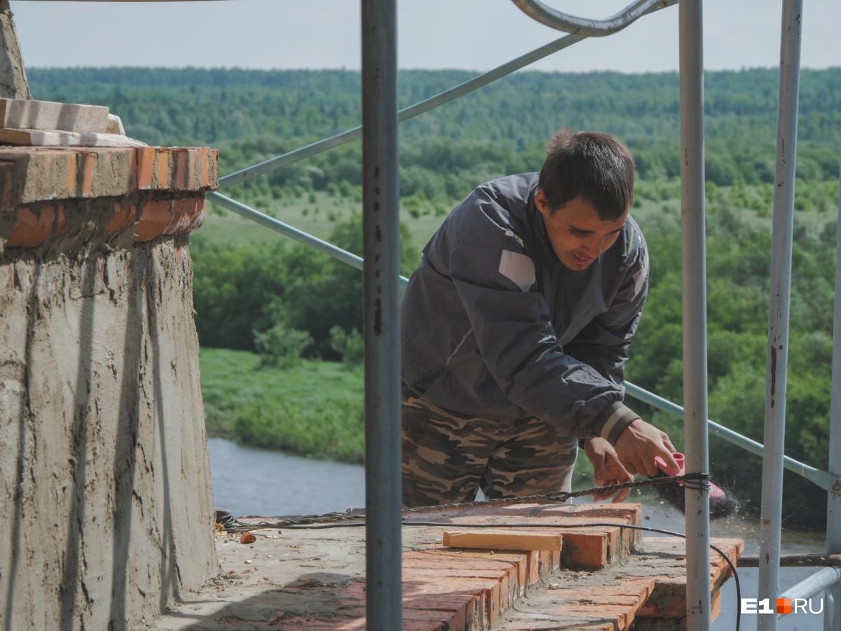 На высоте работают те, кто помоложе. Церковь стоит на берегу реки, с которой часто дует сильный ветер