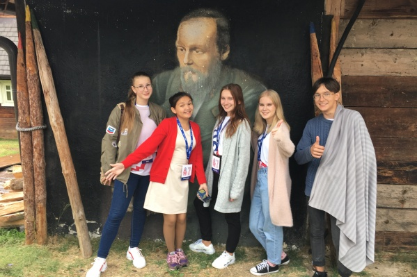Омская молодёжь в Дрвенграде возле дома Достоевского