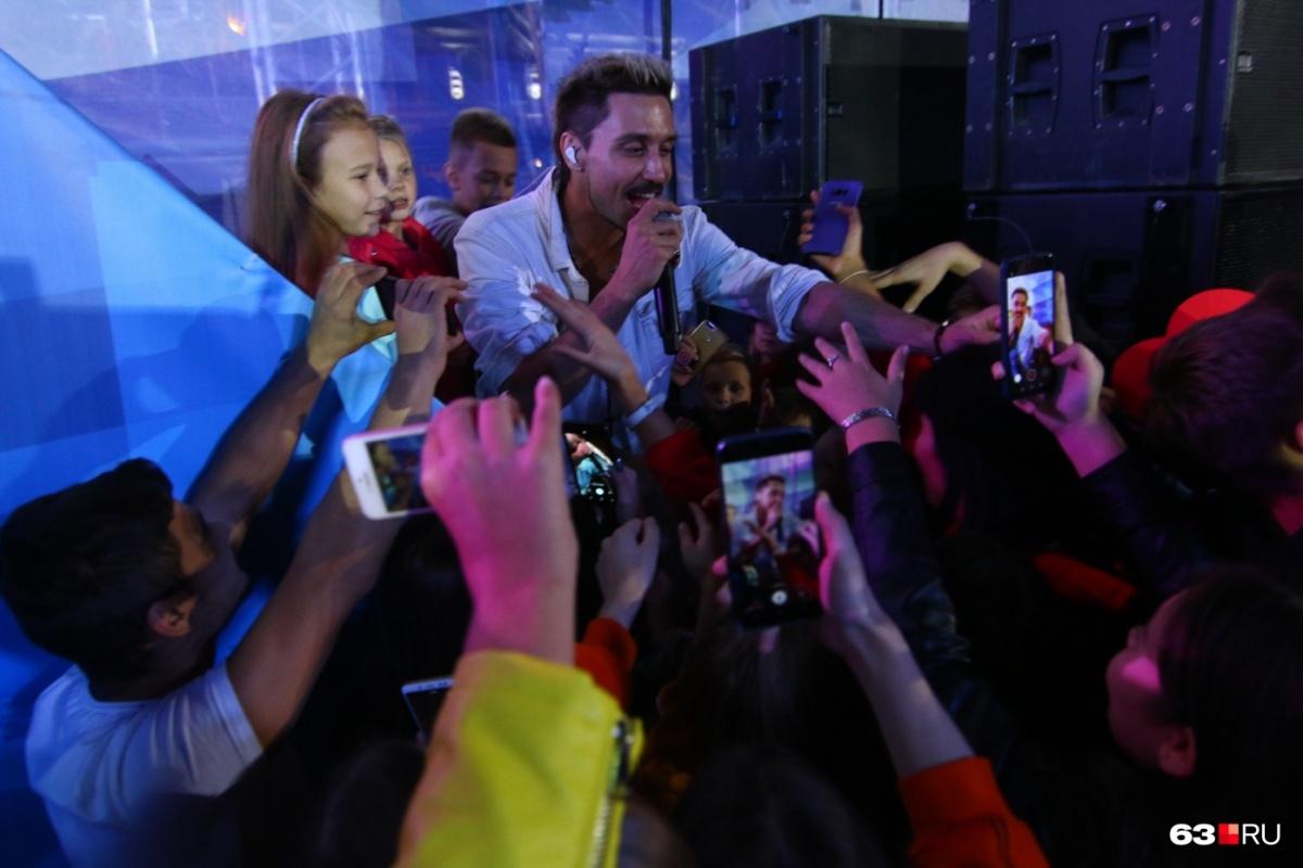 Несмотря на своё состояние, певец все-таки нашел в себе силы попозировать преданным поклонникам в Самаре