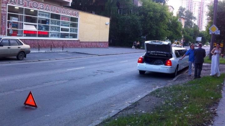 В Екатеринбурге свадебный лимузин пробил колесо, попав в открытый люк на дороге