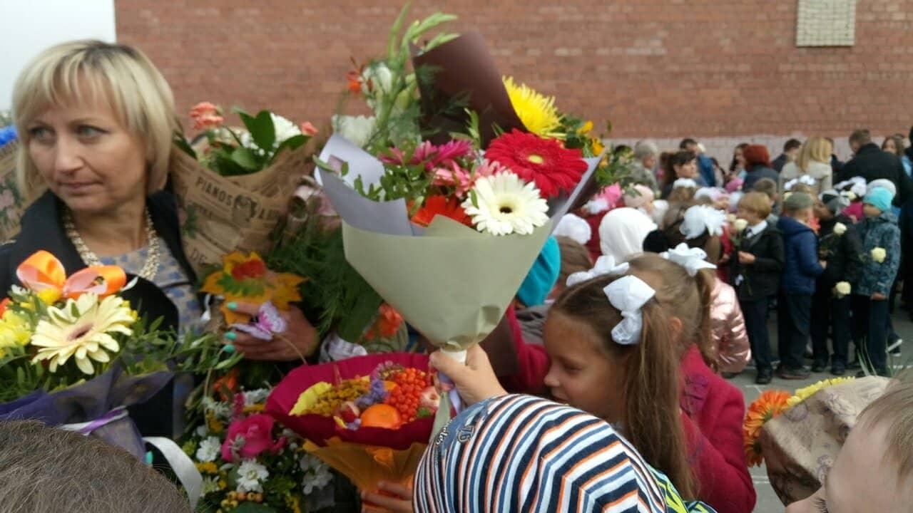 По окончании линейки дети буквально завалили цветами любимую учительницу