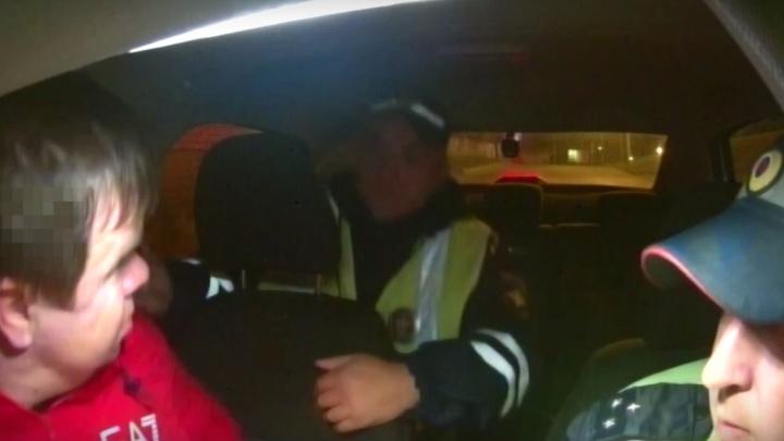 «Вы встреваете по-жёсткому»: водитель без прав угрожал задержавшим его инспекторам ДПС