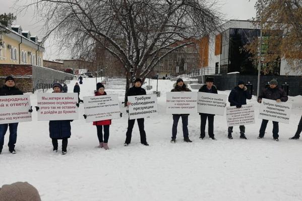 В Нарымском сквере собралось около 10 человек