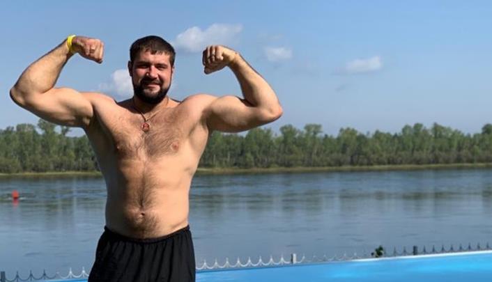 «Битва титанов»: чемпион из Красноярска приехал в Китай на турнир сильнейших армрестлеров мира