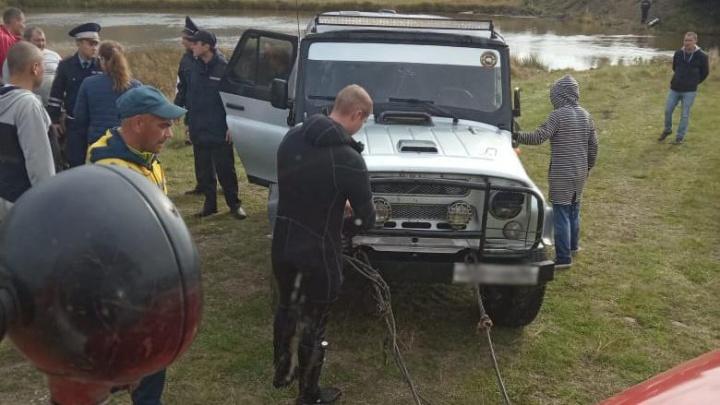 Пытались пересечь реку вброд: на Урале утонула машина с людьми