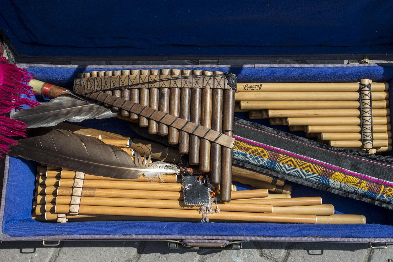 Роберто играет на нескольких видах панфлейт