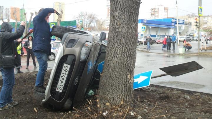 На Мамина-Сибиряка легковушка, которую протаранил Infiniti, вылетела на тротуар и перевернулась