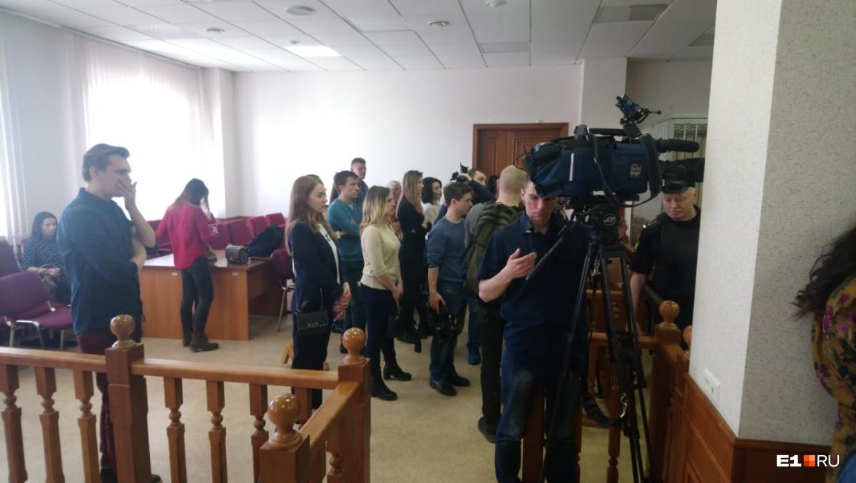 На процессе было много прессы