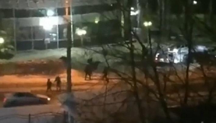 В центре Перми произошла массовая драка. Очевидцы сняли ее на видео