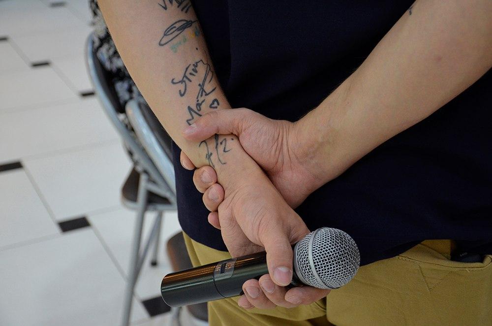 Руки Юрия забиты автографами