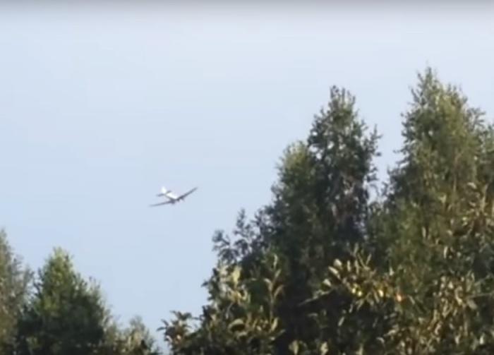 Над аэродромом Мочище целый день кружат самолёты