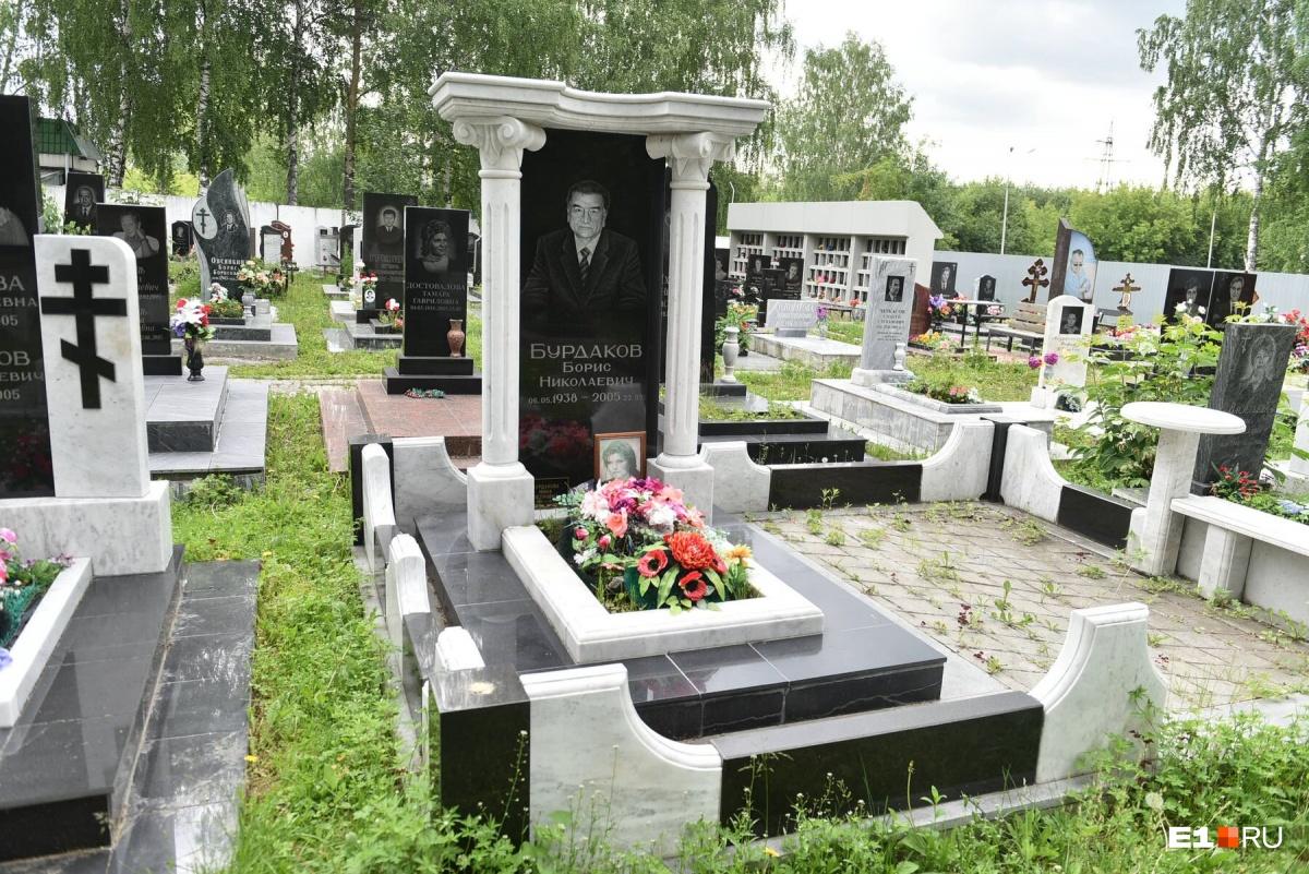 У входа — внушительные надгробия с колоннами