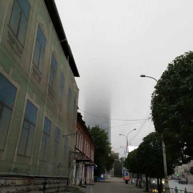 БЦ «Высоцкий»тоже окутан туманом
