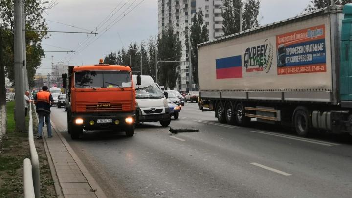 «Лобовое вдребезги»: водитель 492-го маршрута влетел в КАМАЗ на Московском шоссе