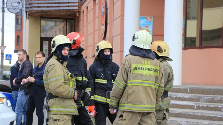 «Сказали, это не учебная тревога»: в Архангельске эвакуировали несколько ТЦ и аэропорт