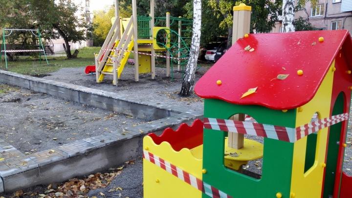Открытую депутатами детскую площадку огородили аварийной лентой — тут построят ларьки