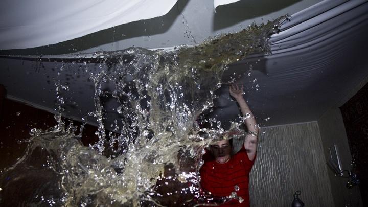 «Теплая вода текла по проводке»: жители Самары рассказали о коммунальном потопе