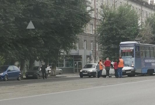 Трамвай въехал в бок легкового автомобиля на проспекте Дзержинского