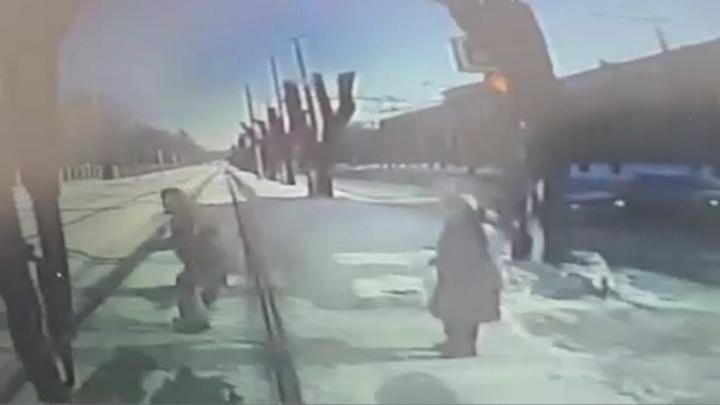 Наезд трамвая на пешехода на Машиностроителей попал на запись видеорегистратора