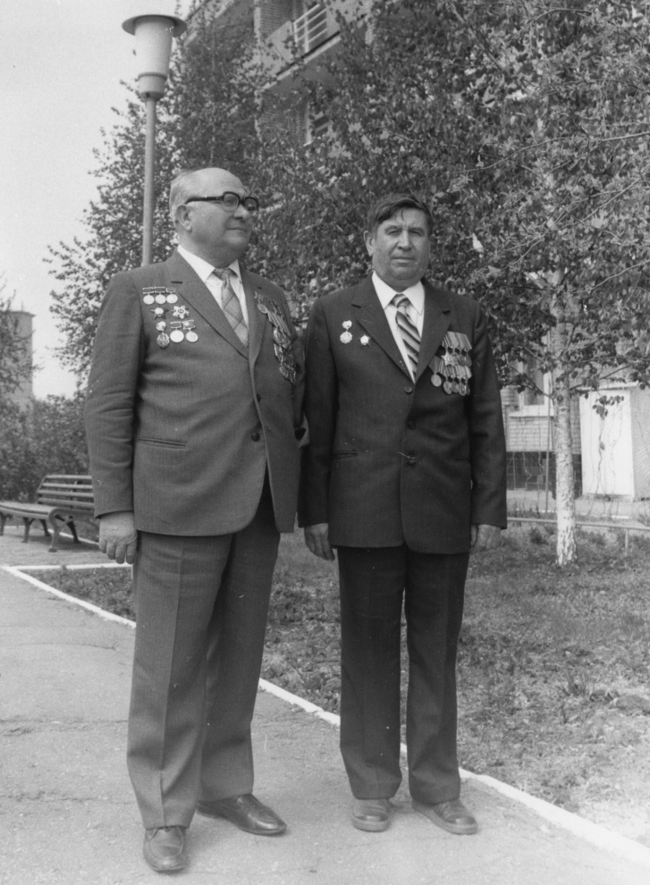Дмитрий Ильич Козлов (слева) со своим водителем — Александром Сергеевичем Широковым