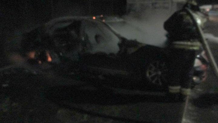 От дорогой машины остался только каркас: в микрорайоне новостроек сгорел«Мерседес»