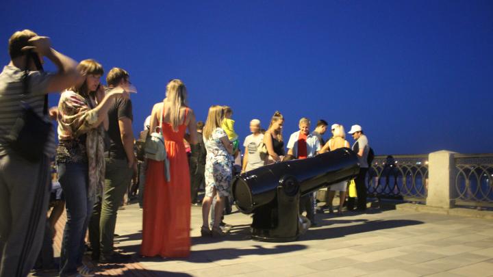 На набережной поставили четыре бесплатных телескопа