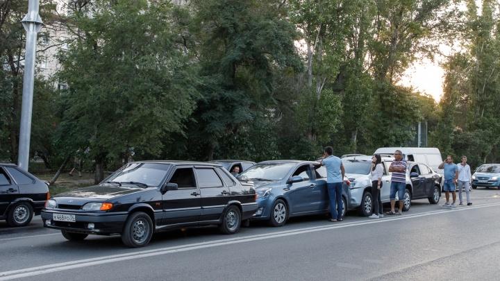 «Мы встали в гармошку»: в центре Волгограда Lexus устроил аварию с четырьмя машинами и скрылся