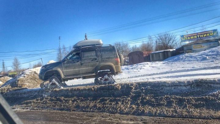 Машина для ярославских дорог: водитель сконструировал вездеход на гусеницах