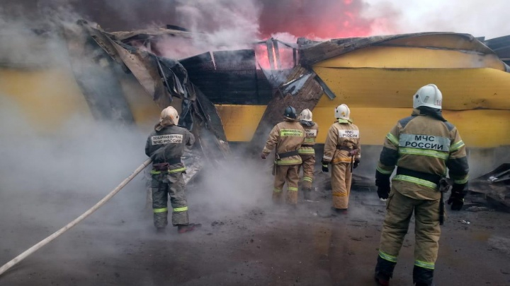 Под Ростовом вспыхнул пожар на рынке «Атлант»