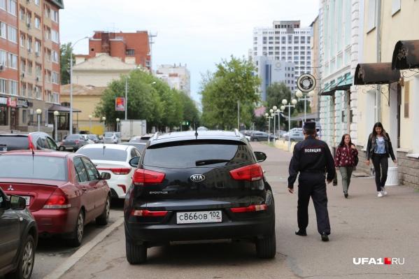 Слева автомобили нормальных людей, справа одиноко стоит транспорт автохама, которому ну очень срочно нужно было попасть в здание, поэтому тротуар он проигнорировал. Вы видите, как проблема автохамов волнует идущего мимо сотрудника полиции? Мы тоже не видим