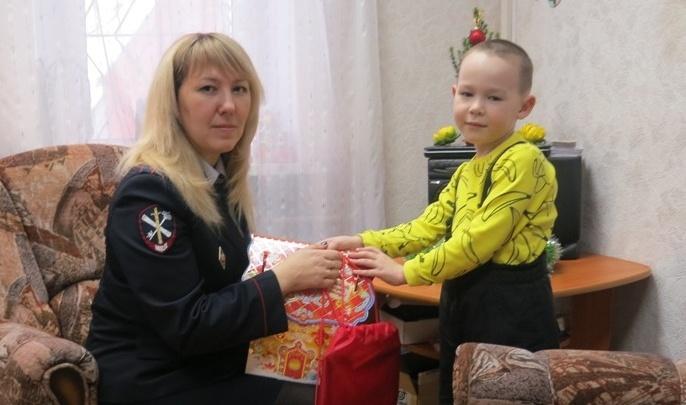 В Прикамье сыну погибшего на службе офицера вручили подарок от полицейского Деда Мороза