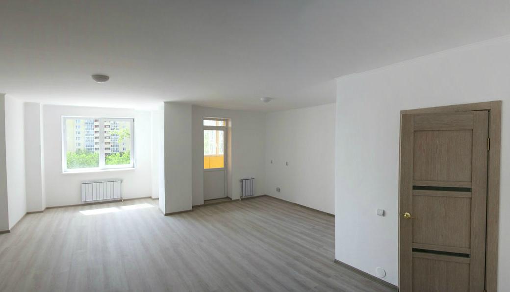 В этой квартире стену между кухней и гостиной хозяин решил снести