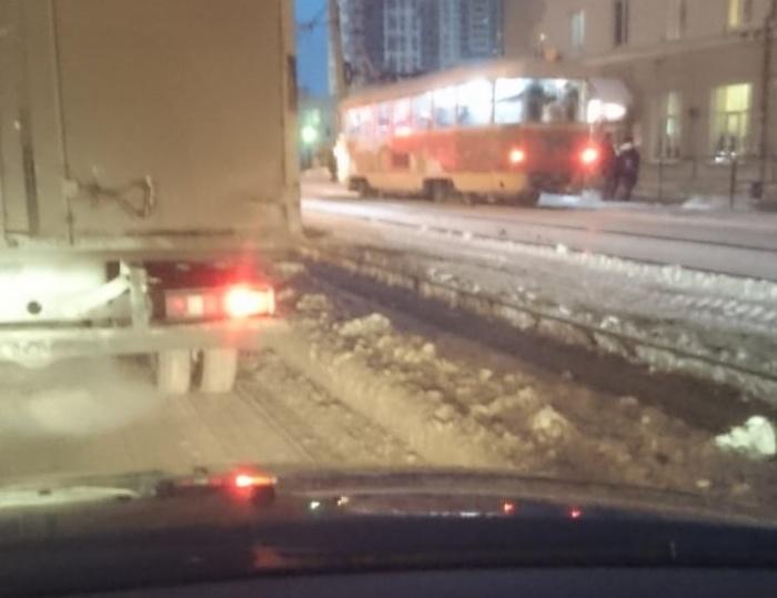 Дорожники оставили неубранный снег вдоль обочин