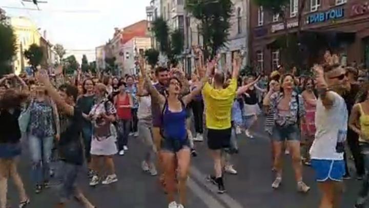 «Вива футбол!»: в центре Самары прошел танцевальный парад в честь ЧМ