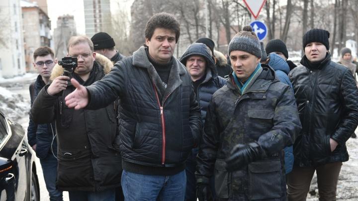 «Увольнений не будет, людей надо беречь»: как Высокинский ездил по городу, где не убирают снег